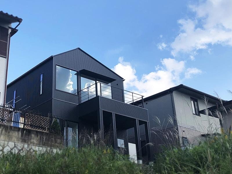 生駒山を望む三角屋根の家