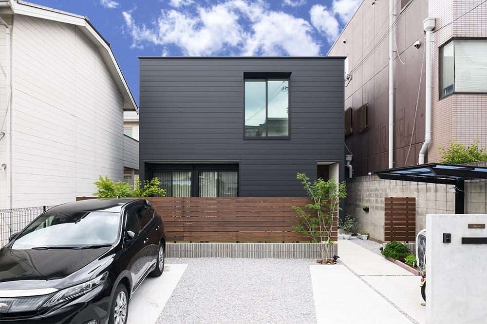 住宅密集地でも快適。日常を満喫できる黒い箱型の家