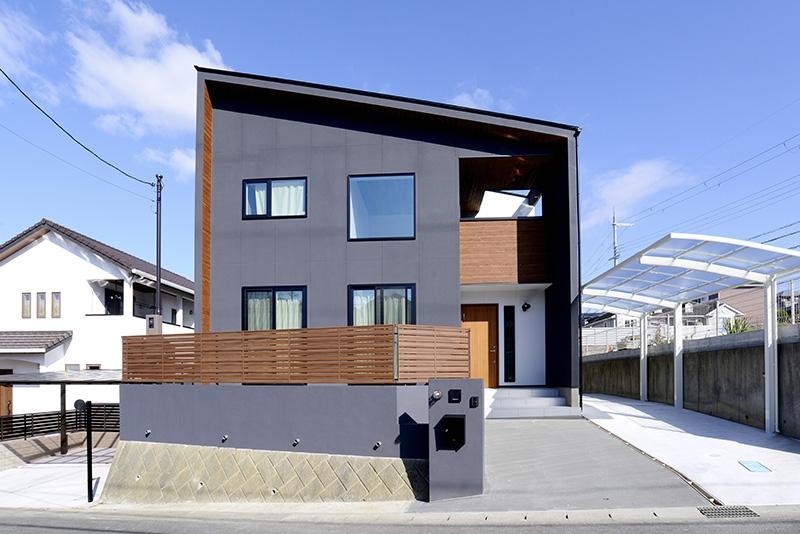 陽光たっぷり、シーリングファンのある吹き抜けの家