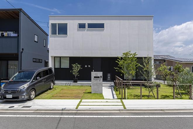 大きな吹き抜け土間空間と、センス良い庭のある家
